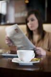 De krant van de lezing in koffie Royalty-vrije Stock Foto