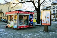 De kranten die van Lietuvosspauda netwerk in Litouwen verkopen Stock Foto's