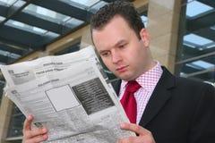 De kranten van de lezing Royalty-vrije Stock Afbeeldingen
