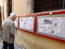 De kranten van de lezing Stock Fotografie