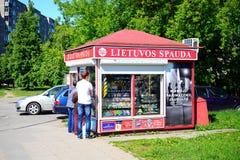 De krantenverkoper Lietuvos Spauda van de Vilniusstad in Seskine-district Stock Fotografie