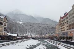 ` de Krasnaya Polyana do ` das montanhas de Cáucaso da estância de esqui, Sochi, Rússia fotos de stock royalty free