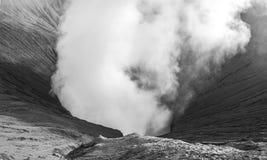 De krater van de close-upvulkaan zwart-wit losbarsten Stock Foto's