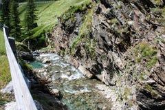 De kreek van de berg Alpiene mening Stock Afbeeldingen