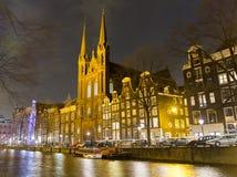 De Krijtberg Kyrktaga och kanal, Amsterdam arkivbilder