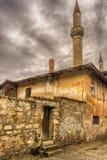 De Krim, Bakhchisarai Weergeven van het Paleis van Khan van de oude straat in bewolkt weer Steenomheining en poort aan de yard royalty-vrije stock afbeelding
