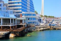 De Krim, Sebastopol - Juni 10, 2015: Hotels op de kust van de Artilleriebaai Royalty-vrije Stock Fotografie