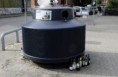 DE KRINGLOOPcontainer VAN HET GLASafval Stock Foto's