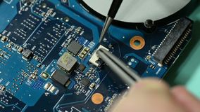 De kringsraad van de reparatiecomputer: het plaatsen van schakelaar op laptop motherboard stock video