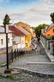 De kromme cobbled straten van de oude stad daalt Stock Afbeelding