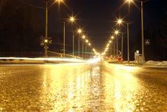 De krommen van de het verkeerskoplamp van de nacht stock fotografie