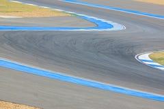 De krommeweg van het rasspoor voor auto/motorfiets het rennen royalty-vrije stock afbeeldingen