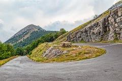 De kromming van de bergweg stock fotografie