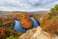 De kromming van de Vltavarivier dichtbij Krňany royalty-vrije stock afbeeldingen