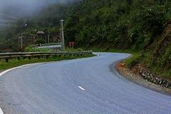 De kromming van de weg in de bergen stock foto's