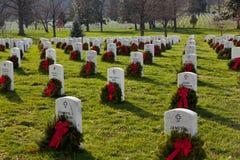 De kronen van Kerstmis in Begraafplaats Arlington Stock Afbeeldingen
