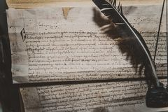 De Kroniekschrijver op een perkament met een pen wordt geknaagd aan die stock afbeeldingen