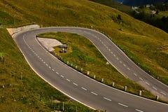 De kronkelweg van de weg. stock fotografie