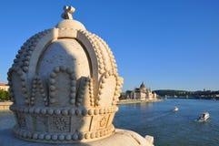 De kroon op de brug over de Donau en het Parlement bouwen Royalty-vrije Stock Foto's