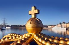 De kroon op een brug in Stockholm Stock Foto's