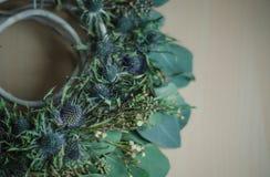 De kroon van de de winterbloem op rustieke eringium van de decoreucalyptus Royalty-vrije Stock Afbeeldingen