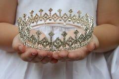 De kroon van de holding Royalty-vrije Stock Afbeelding