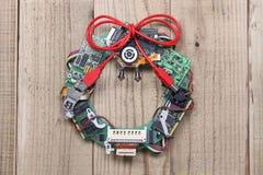 De kroon van Geekykerstmis door oude computerdelen dat wordt gemaakt stock foto's