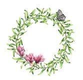 De kroon van het waterverfgroen met magnolia en vlinder De hand schilderde bloemendiegrens op witte achtergrond wordt geïsoleerd Royalty-vrije Stock Afbeeldingen