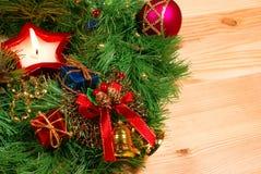 De kroon van Kerstmis met een kaars Stock Foto's