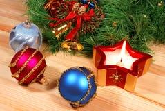 De kroon van Kerstmis met een kaars & ballen Stock Afbeelding