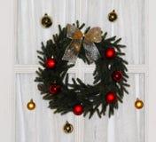 De Kroon van Kerstmis op Deur Stock Afbeeldingen
