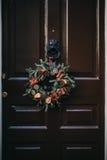 De kroon van Kerstmis op een deur Stock Fotografie