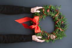 De kroon van Kerstmis op een houten achtergrond Stock Foto's