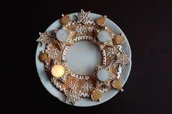 De kroon van de Kerstmiskomst van gemberbrood dat wordt gemaakt royalty-vrije stock fotografie