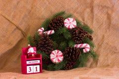 De kroon van de Kerstmisspar met kegels en suikergoed en kalender Decembe Stock Fotografie