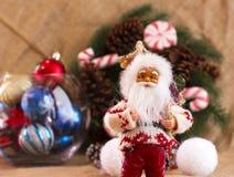 De kroon van de Kerstmisspar met kegels en suikergoed, Santa Claus en cal Stock Foto