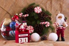 De kroon van de Kerstmisspar met kegels en suikergoed, Santa Claus en cal Royalty-vrije Stock Afbeelding