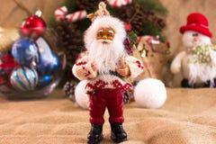 De kroon van de Kerstmisspar met kegels en suikergoed, Santa Claus en cal Royalty-vrije Stock Fotografie