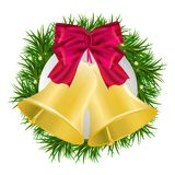 De kroon van de Kerstmisspar met rode die baw en klokken op witte achtergrond worden geïsoleerd Stock Foto