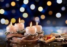 De kroon van de komst met het branden van kaarsen Royalty-vrije Stock Foto