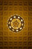 De kroonluchter decoarted plafond stock afbeeldingen