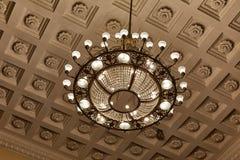 De kroonluchter decoarted plafond royalty-vrije stock afbeeldingen