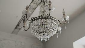 De kroonluchter van het luxe het grote kristal hangen Uitstekende verlichtingslampen met gloeilampen stock videobeelden