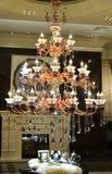 De kroonluchter van het luxekristal in de zaal stock afbeeldingen