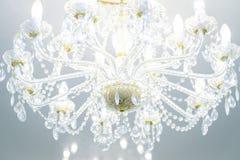 De kroonluchter van het luxekristal op celling met aangestoken lampen royalty-vrije stock afbeeldingen
