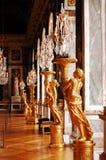 De kroonluchters van het kristal en gouden standbeelden in Versailles Royalty-vrije Stock Foto's