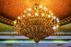 De kroonluchterverlichting van het luxekristal in de villa bij nacht stock afbeeldingen
