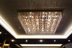 De kroonluchterverlichting van het luxekristal in de villa bij nacht stock fotografie