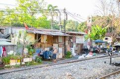 De krottenwijk huisvest dichtbij spoorweg in landelijk van Thailand royalty-vrije stock afbeeldingen