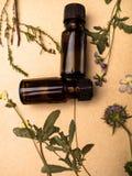 De kruiden aromatherapy geneeskunde, Wijnoogst stileerde foto van droge kruidbloemen, en olieflessen royalty-vrije stock foto's